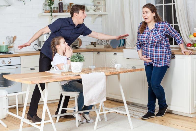 Mąż i córka przestraszymy żon skracania fałszywa praca Rodzinny pośpiech przy domową kuchnią zdjęcia stock