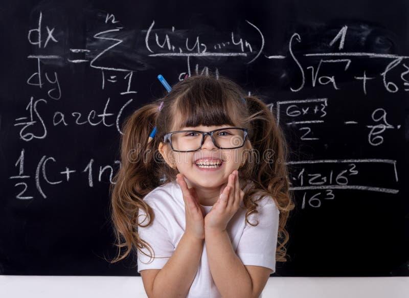 Mądry dzieciak w szkole tylna szkoły dzieciak mądrze obraz royalty free