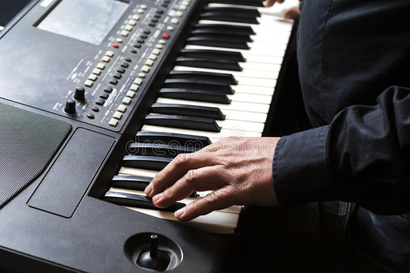 Mężczyzna bawić się pianino z jego rękami obrazy royalty free