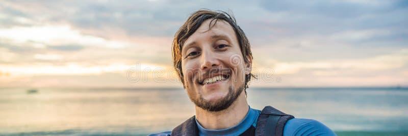 Mężczyzna bierze selfie na tle morze zmierzchu sztandar i, DŁUGI format zdjęcie royalty free