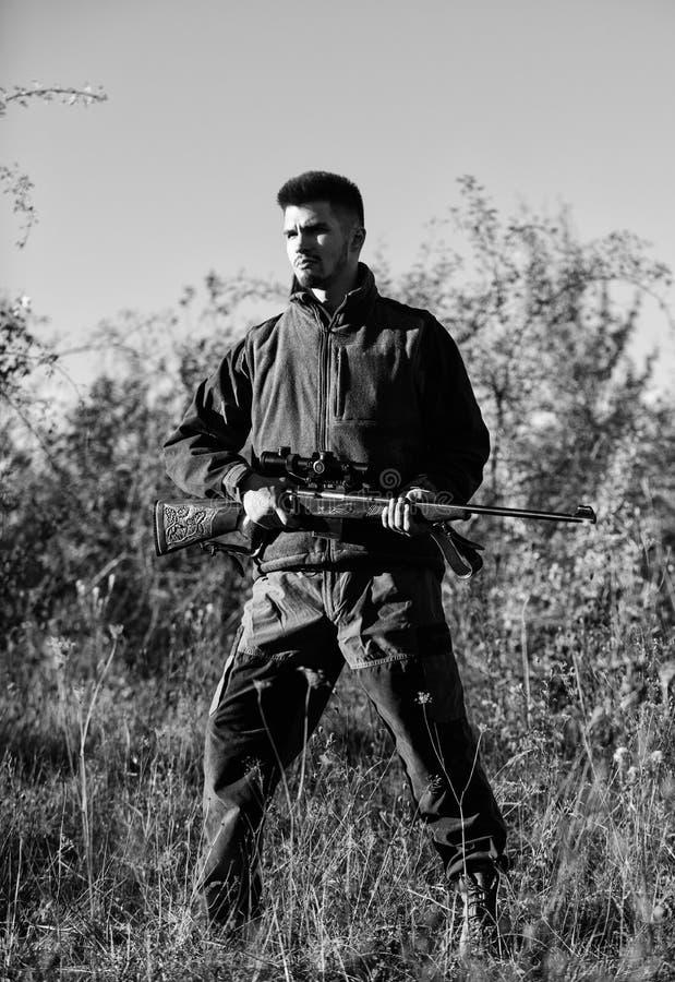 Mężczyzna brodatego myśliwego natury karabinowy tło Łowiecki hobby pojęcie Łowiecki sezon Doświadczenie i praktyka pożyczamy sukc zdjęcia stock