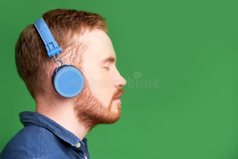 Mężczyzna cieszy się dobrą muzykę obrazy stock