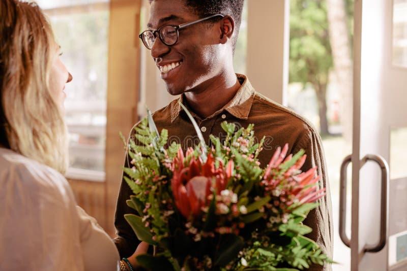 Mężczyzna daje kwiaty ukochana dziewczyna na dacie fotografia royalty free