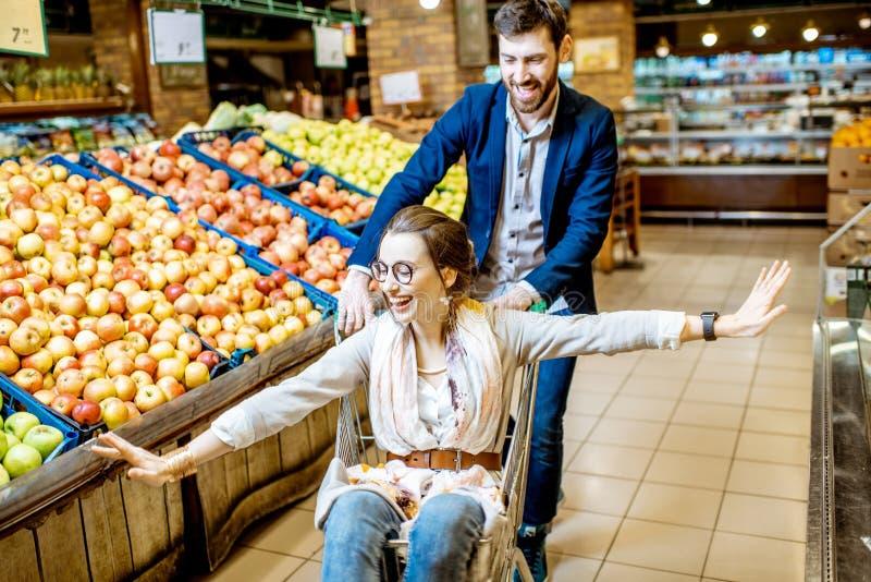 Mężczyzna i kobieta ma zabawę podczas zakupy w supermarkecie obraz stock
