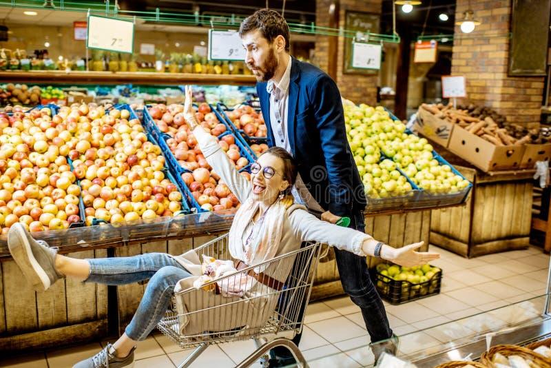Mężczyzna i kobieta ma zabawę podczas zakupy w supermarkecie zdjęcia stock