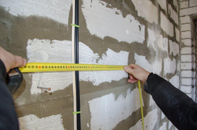 Mężczyzna mierzy drutowanie, dokładność jest znacząco zdjęcia stock