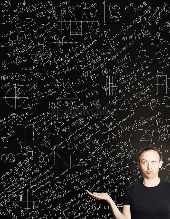 Mężczyzna na blackboard nauki tle Edukacji, egzaminu i uczenie pojęcie, zdjęcia royalty free