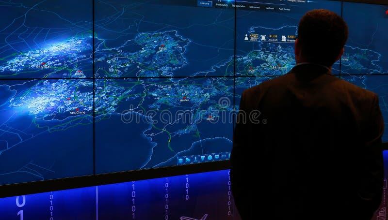 Mężczyzna obok ochrona panelu na mobile world congress 2019 w Barcelona szerokim obrazy stock