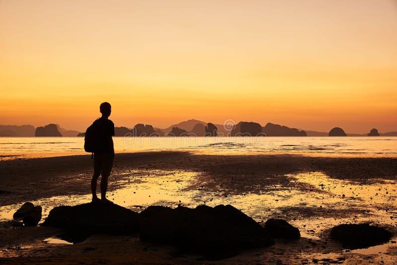 Mężczyzna patrzeje pięknego wschód słońca w morzu zdjęcie stock
