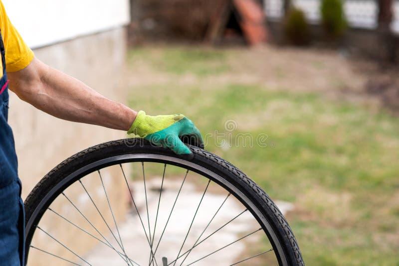 Mężczyzna sprawdza rowerowej opony lotniczego naciska obrazy stock
