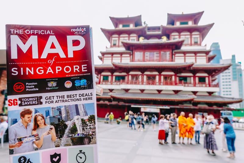 Mężczyzna trzyma Singapur mapę przy Buddha Toothe relikwii świątynią w Chinatown Singapur obrazy royalty free
