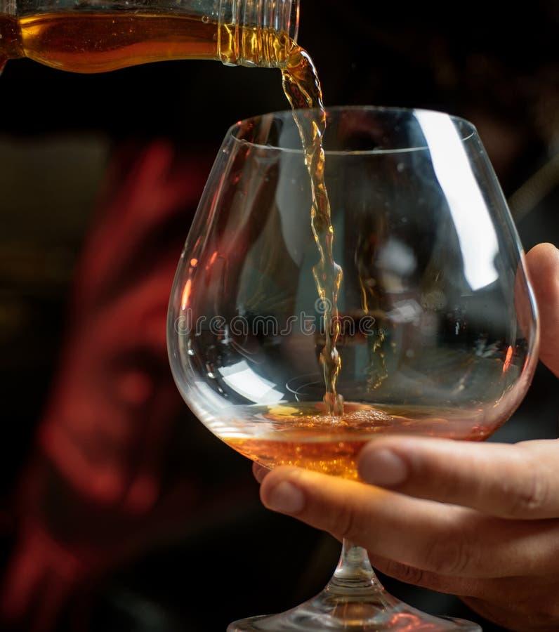 Mężczyzna trzyma szkło whisky Popijania whisky Degustation, kosztuje obrazy royalty free