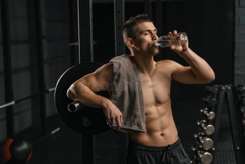 Mężczyzna woda pitna po ciężkiego szkolenia zdjęcia stock