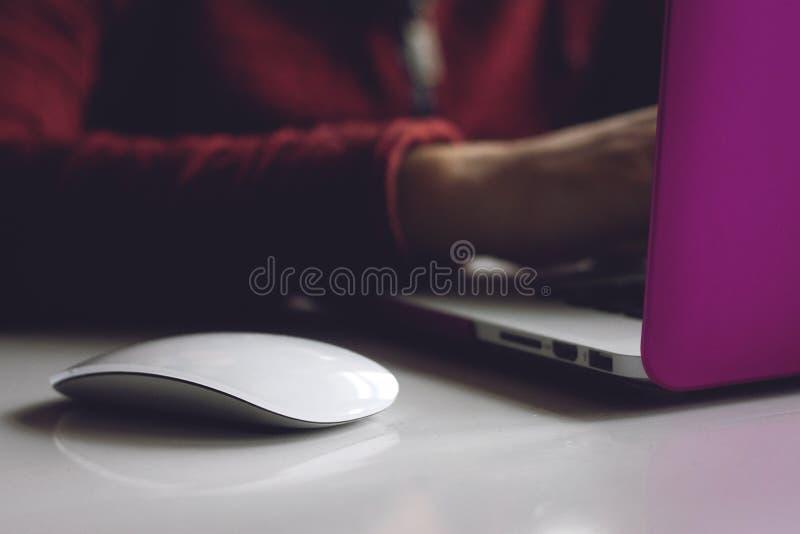 Mężczyzna wręcza działanie na nowożytnym laptopie Rozwija programowania i cyfrowania technologie Strona internetowa projekt Progr zdjęcie stock