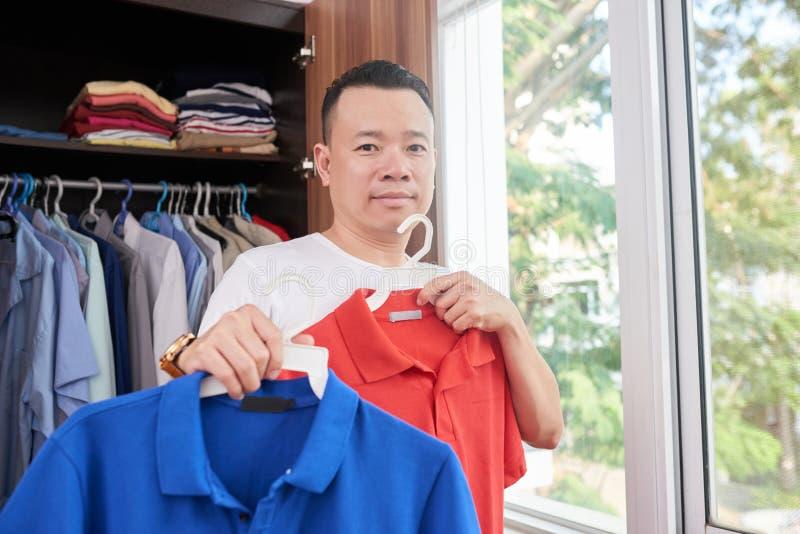 Mężczyzna wybiera przypadkowych ubrania zdjęcia royalty free