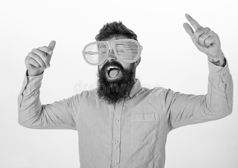 Mężczyzna z brodą i wąsy na szczęśliwej twarzy jest ubranym śmiesznych dużych eyeglasses, biały tło Modniś patrzeje gigant obrazy stock