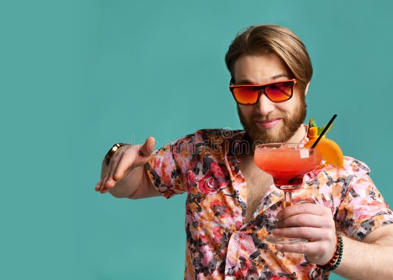 Mężczyzny chwyta margarita koktajlu napoju czerwony sok w okulary przeciwsłoneczni szczęśliwej przyglądającej wskazuje ręce przy  obrazy stock