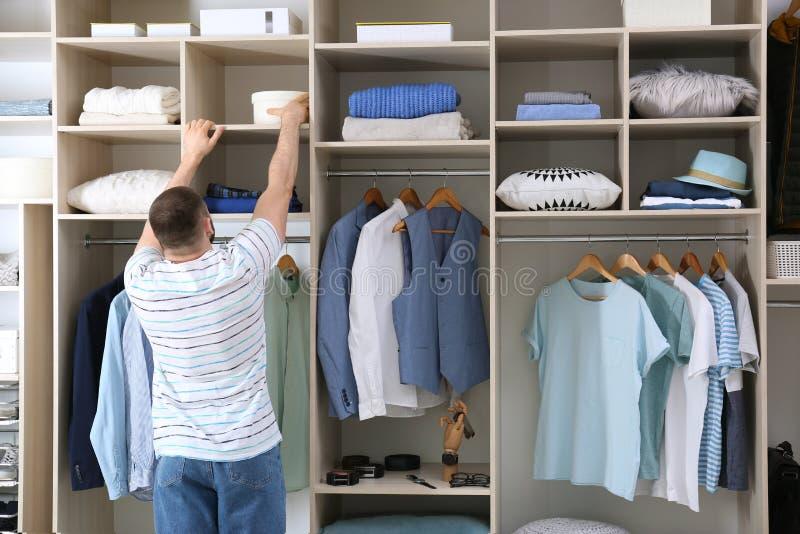 Mężczyzny dojechanie dla pudełka na garderobie zdjęcie stock