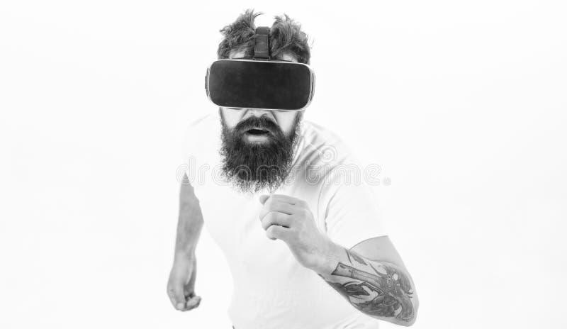 Mężczyzny gamer VR szkieł bielu brodaty tło Rzeczywistości wirtualnej gry pojęcie Cyber sport Facet z głowa wspinającym się pokaz fotografia stock