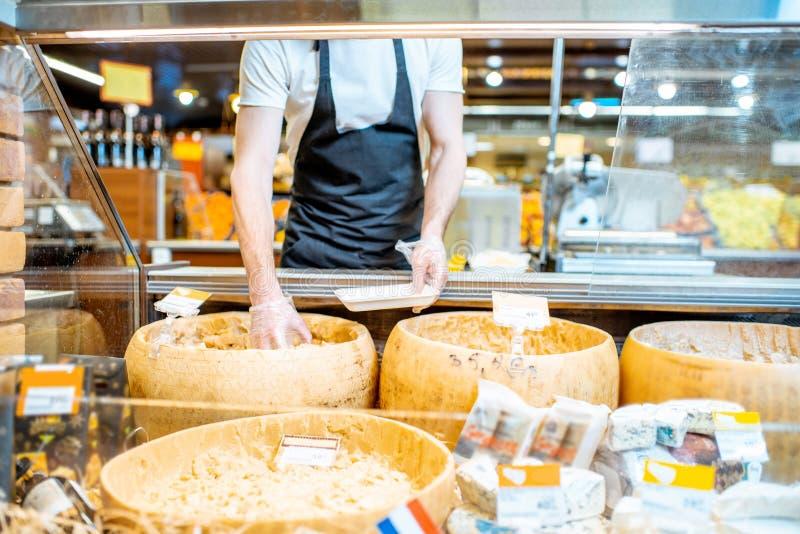 Mężczyzny kocowania ser w sklepie zdjęcia royalty free