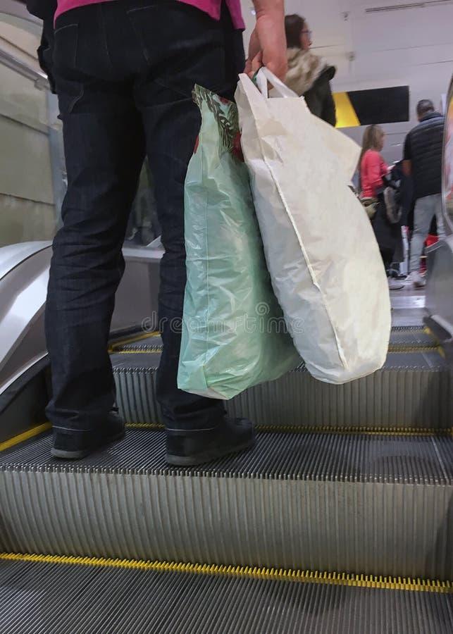 Mężczyzny zakupy na eskalatorze w handlowym centrum zdjęcia royalty free