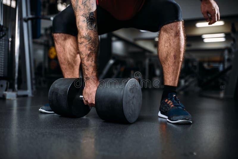 Męska osoba z dumbbell, trenuje w gym obrazy stock