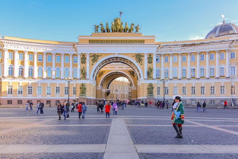 Męski artysta estradowy w okresu stroju oczekuje turystów łukiem Triumph na pałac kwadracie Świątobliwy Petersburg, Rosja fotografia royalty free