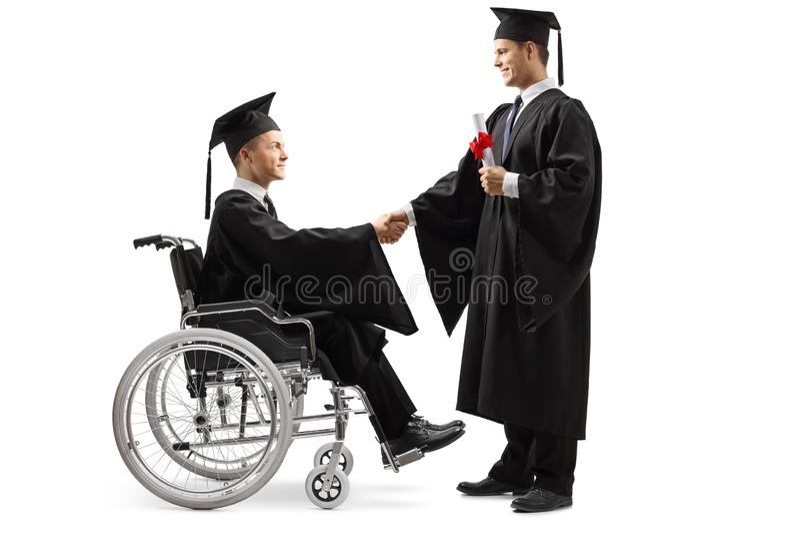 Męski magistrant/magistrantka w wózka inwalidzkiego chwiania ręce z męskim magistrant/magistrantką mieniem i pozycją dyplom obraz royalty free