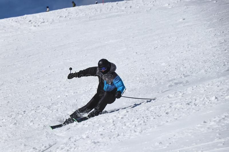 Męski narciarki narciarstwo zjazdowy w Chopok, Sistani Rzeźbi pozycję skręć w lewo Freeride Dificult pozycja Czarna i popielata k obrazy stock