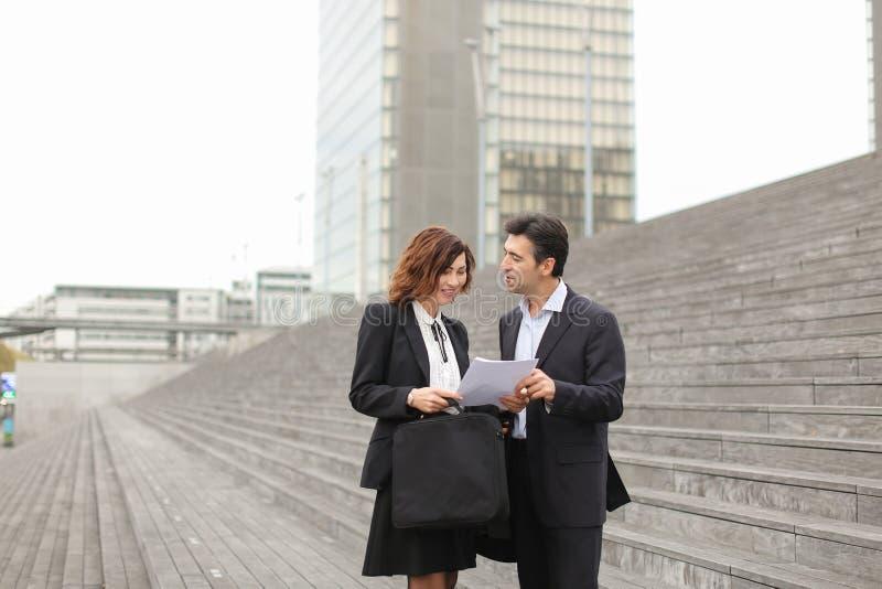 męski prawnika mówienie z żeńskim klientem obraz stock