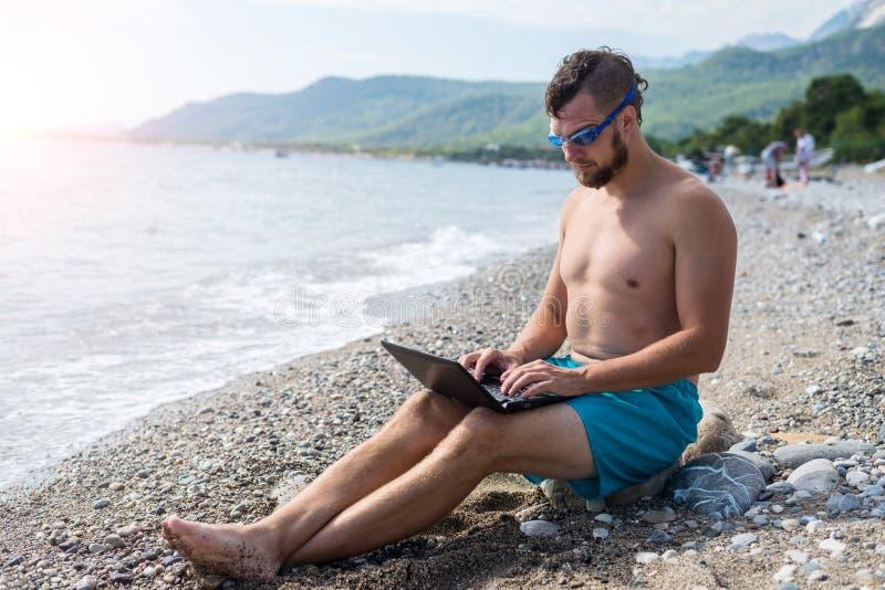 Męski workaholic pracuje na laptopie na wakacje Biznesmen pracuje na laptopie podczas wakacje zdjęcia stock