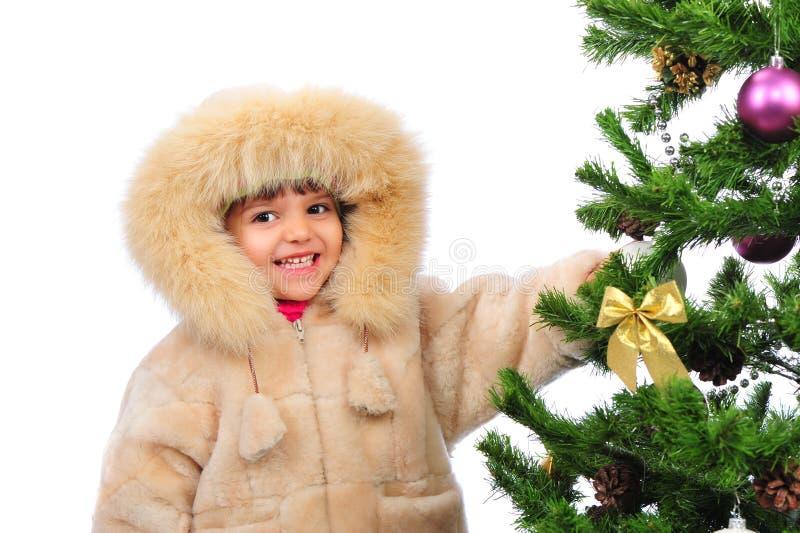 Mädchen über Weihnachtsbaum lizenzfreie stockfotografie
