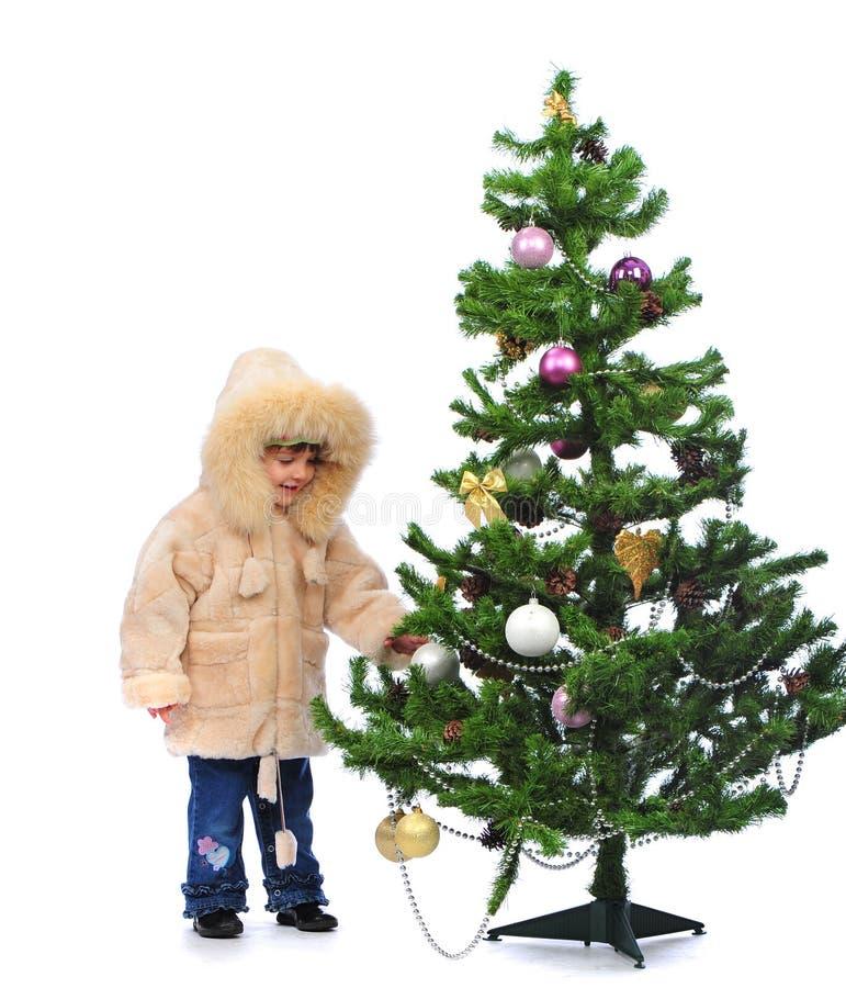 Mädchen über Weihnachtsbaum stockbild