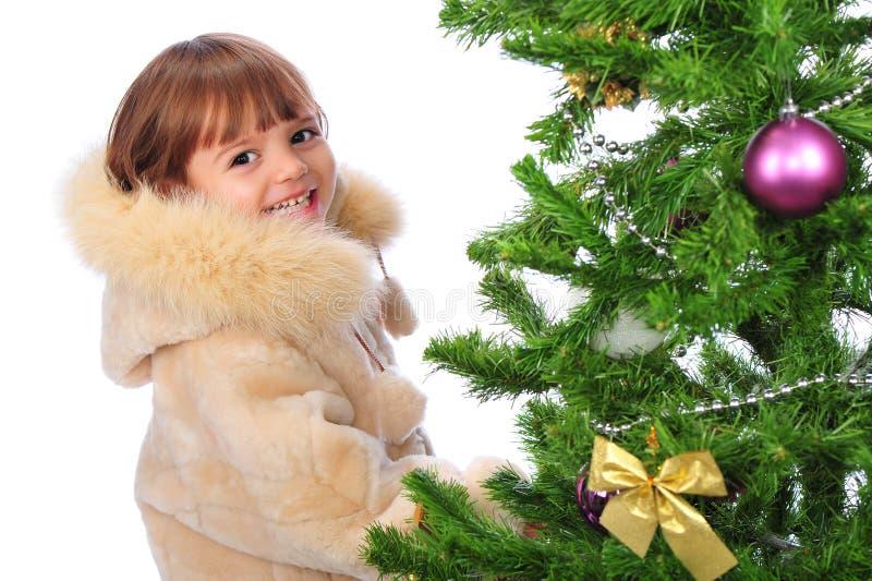 Mädchen über Weihnachtsbaum lizenzfreies stockfoto