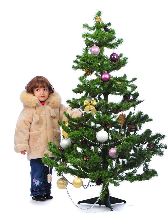 Mädchen über Weihnachtsbaum stockfotos