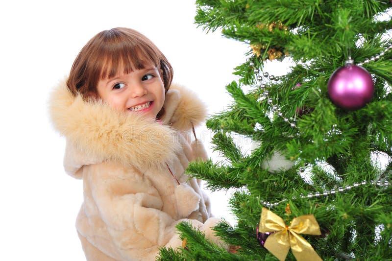 Mädchen über Weihnachtsbaum stockfotografie