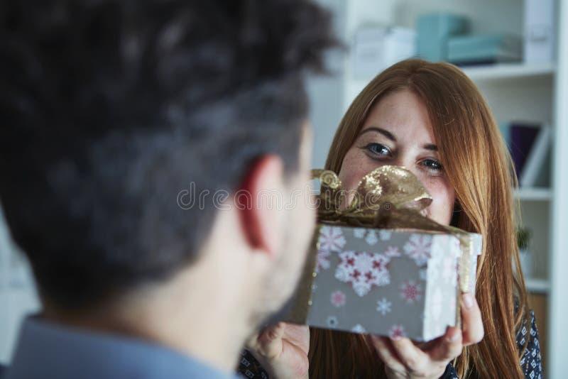 Mädchen überraschen ihren Freund mit Weihnachtsgeschenk lizenzfreies stockfoto