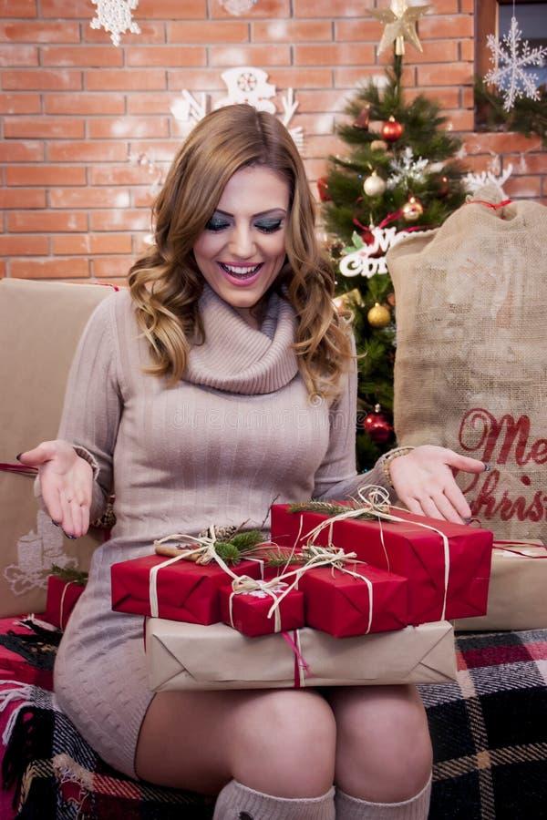 Mädchen überrascht mit den Geschenken lizenzfreie stockfotografie