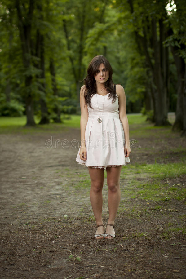 Mädchen alleine im Holz lizenzfreie stockbilder
