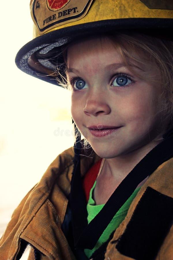 Mädchen als Feuerwehrmann lizenzfreies stockbild