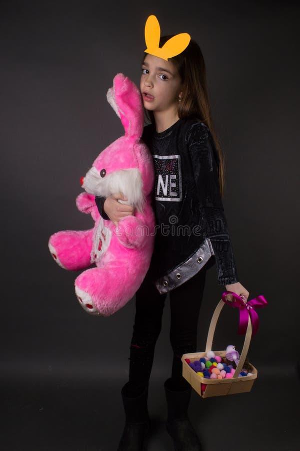 Mädchen angefülltes Spielzeug Ostern stockfotografie