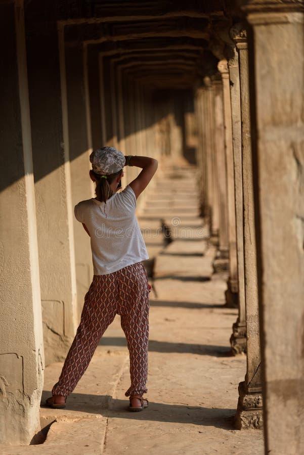 Mädchen in Angkor Wat, Kambodscha lizenzfreie stockfotografie
