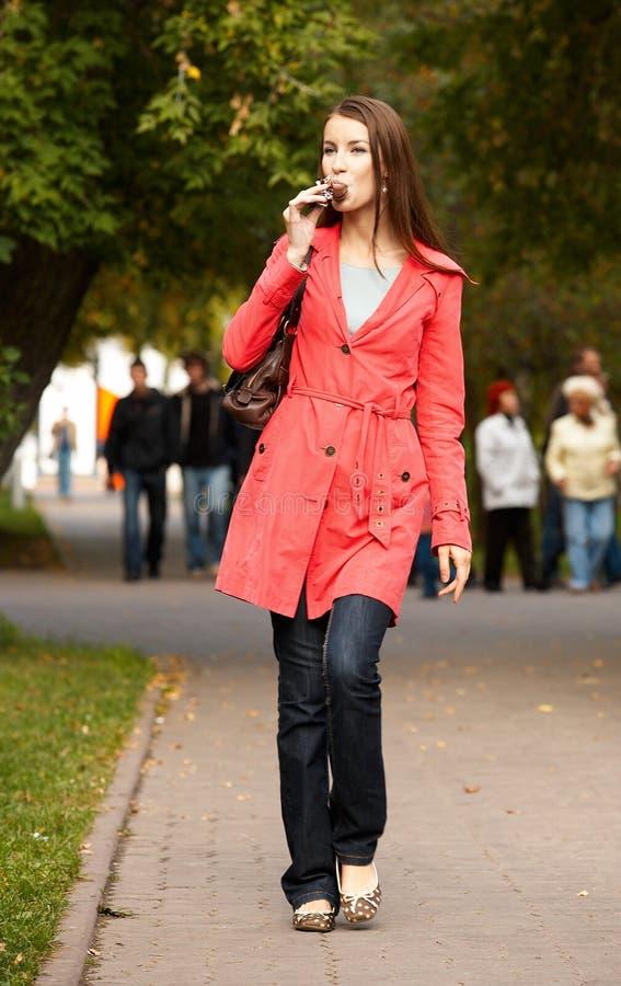 Mädchen auf Bürgersteig stockfotos
