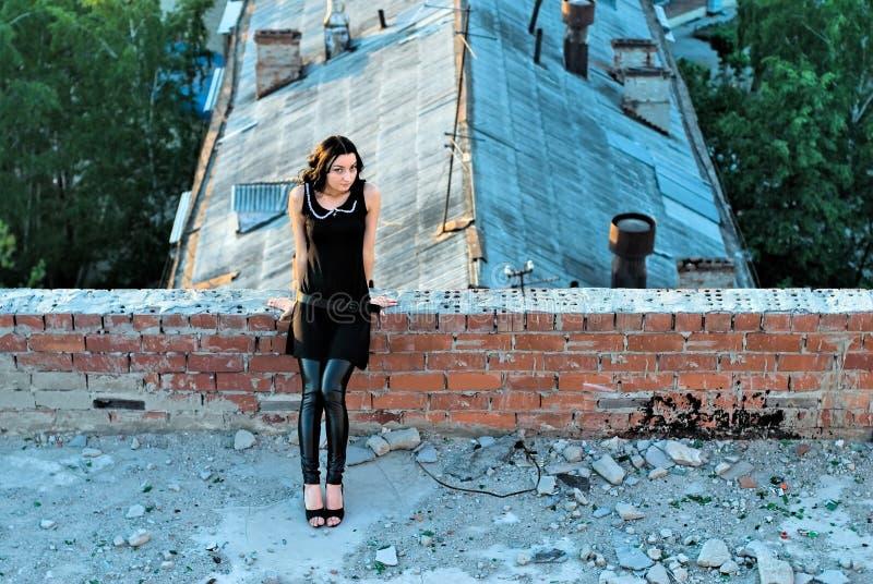 Mädchen auf Dach lizenzfreie stockfotos