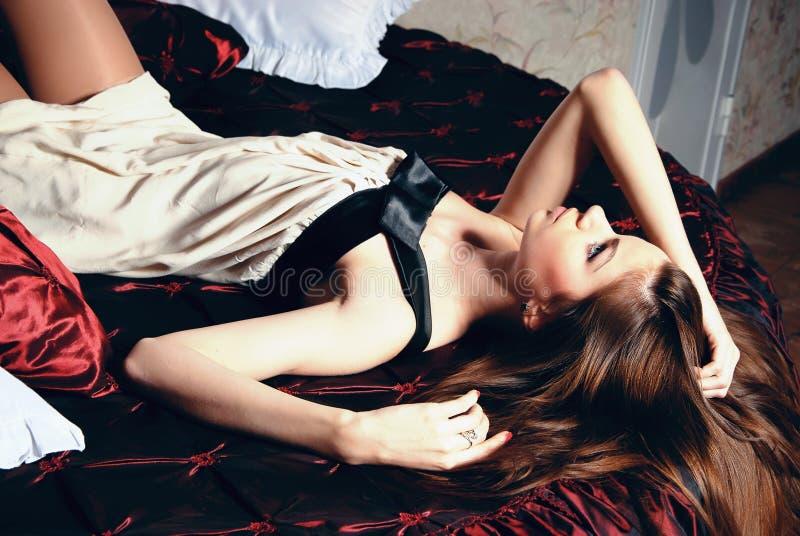 Mädchen auf dem Bett lizenzfreie stockfotos