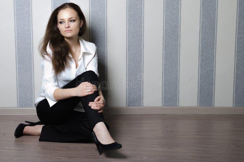 Mädchen auf dem Boden stockfotos