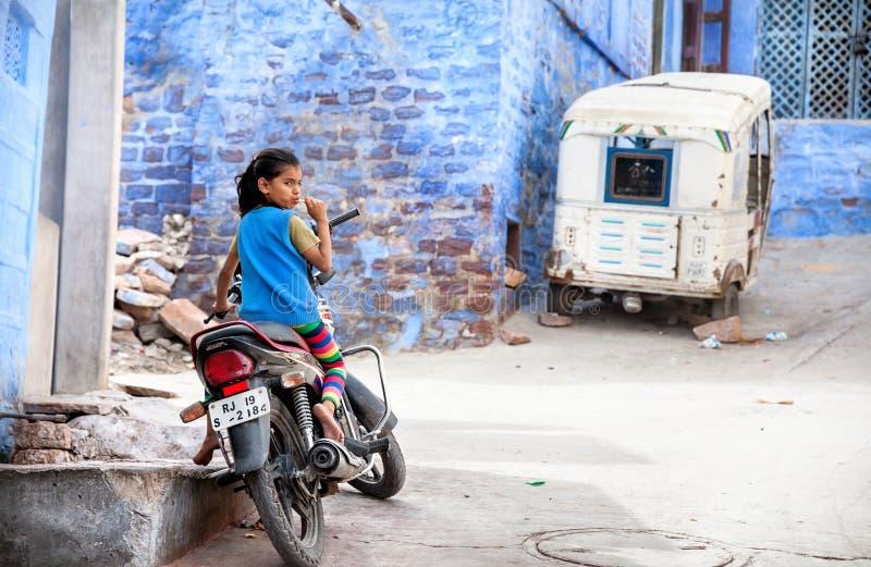 Mädchen auf dem Fahrrad in der blauen Stadt lizenzfreie stockfotos