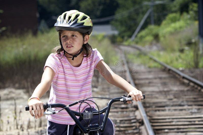 Mädchen auf dem Fahrrad, weg schauend stockfoto