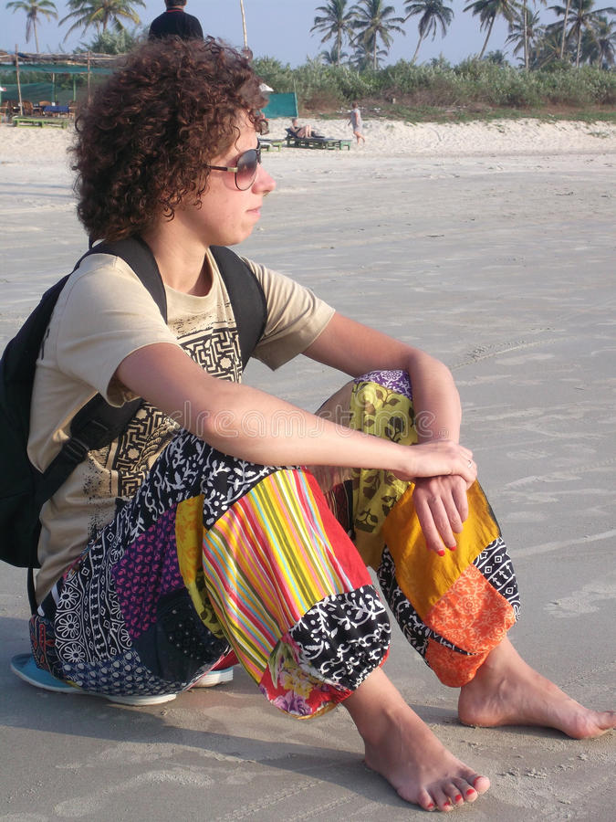 Mädchen auf dem goa Strand lizenzfreie stockfotos