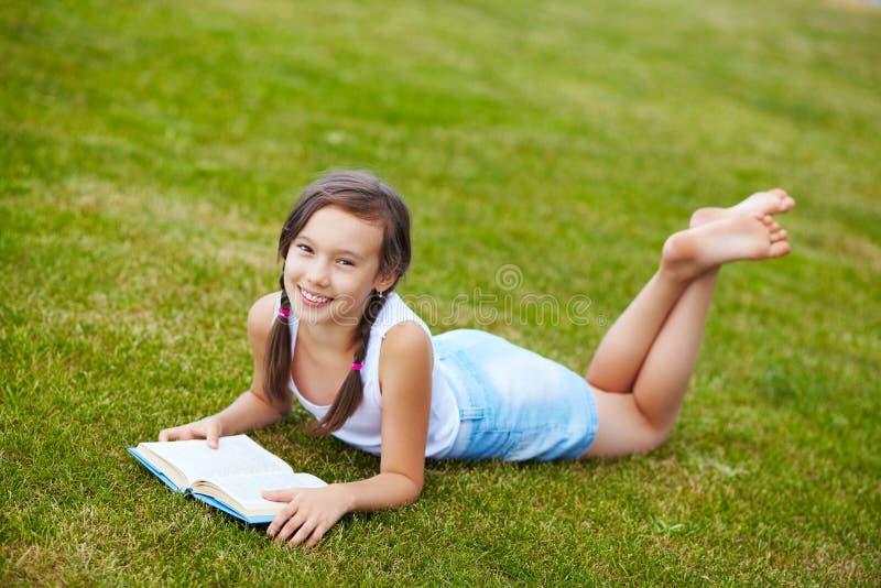 Mädchen auf dem Gras stockbilder